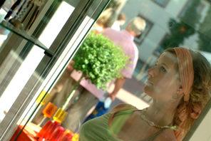 Junge Frau betrachtet Schaufenster. © Landeshauptstadt Mainz