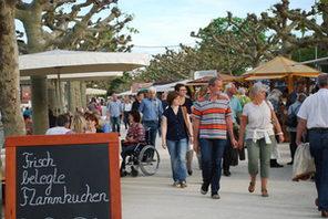 Besucherinnen und Besucher bummeln über das Fest Mainzer Weintage. © Veranstalter