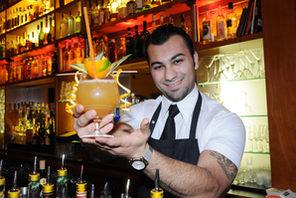 Barkeeper mit Cocktail im Citrus © Kristina Schäfer