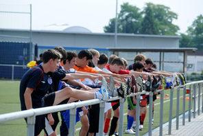 Junge Fußballer beim Dehnen. © Foto: Kristina Schäfer